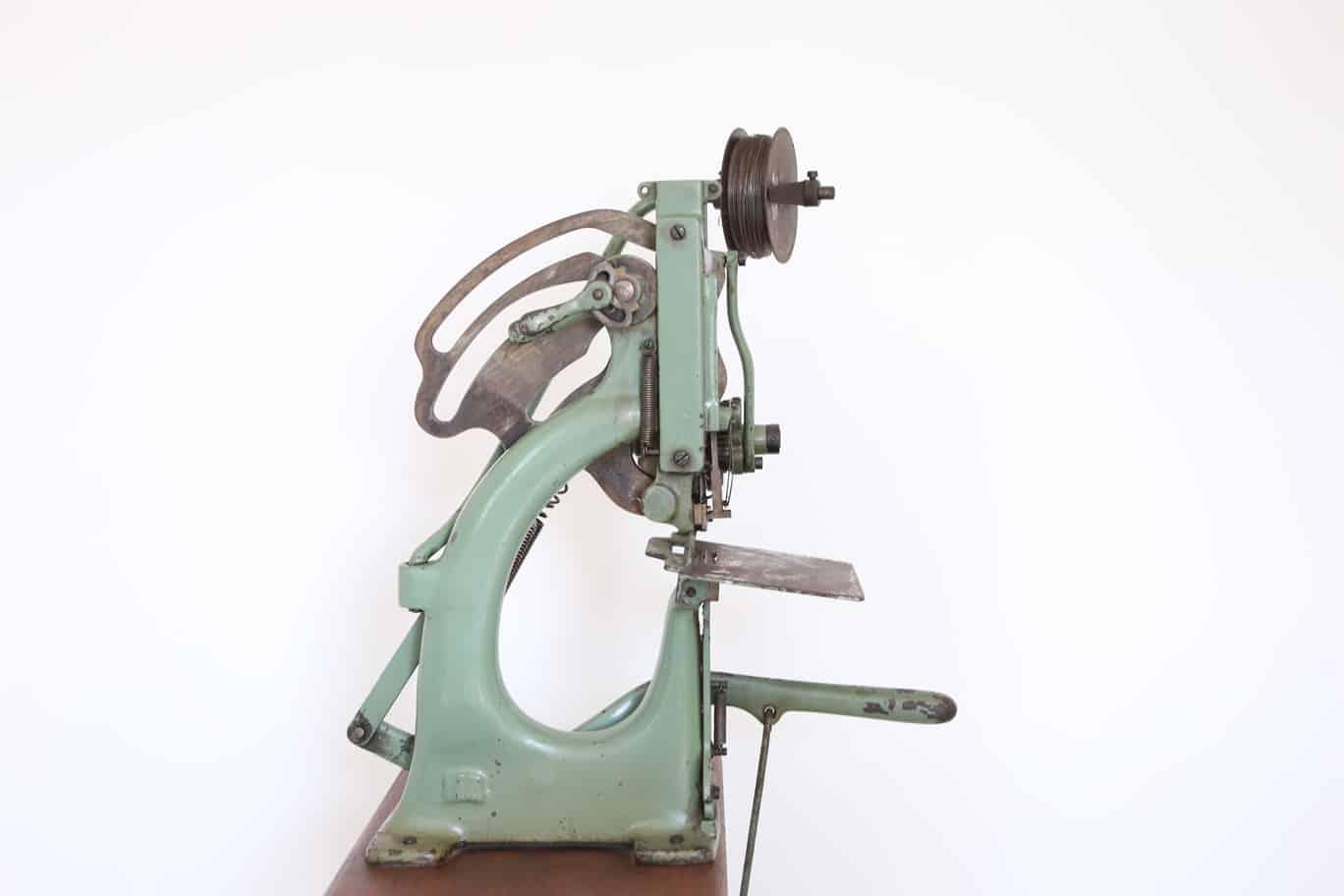 Macchina cucitrice a filo/punto metallico, vista laterale. Museo di Tipografia Unione.
