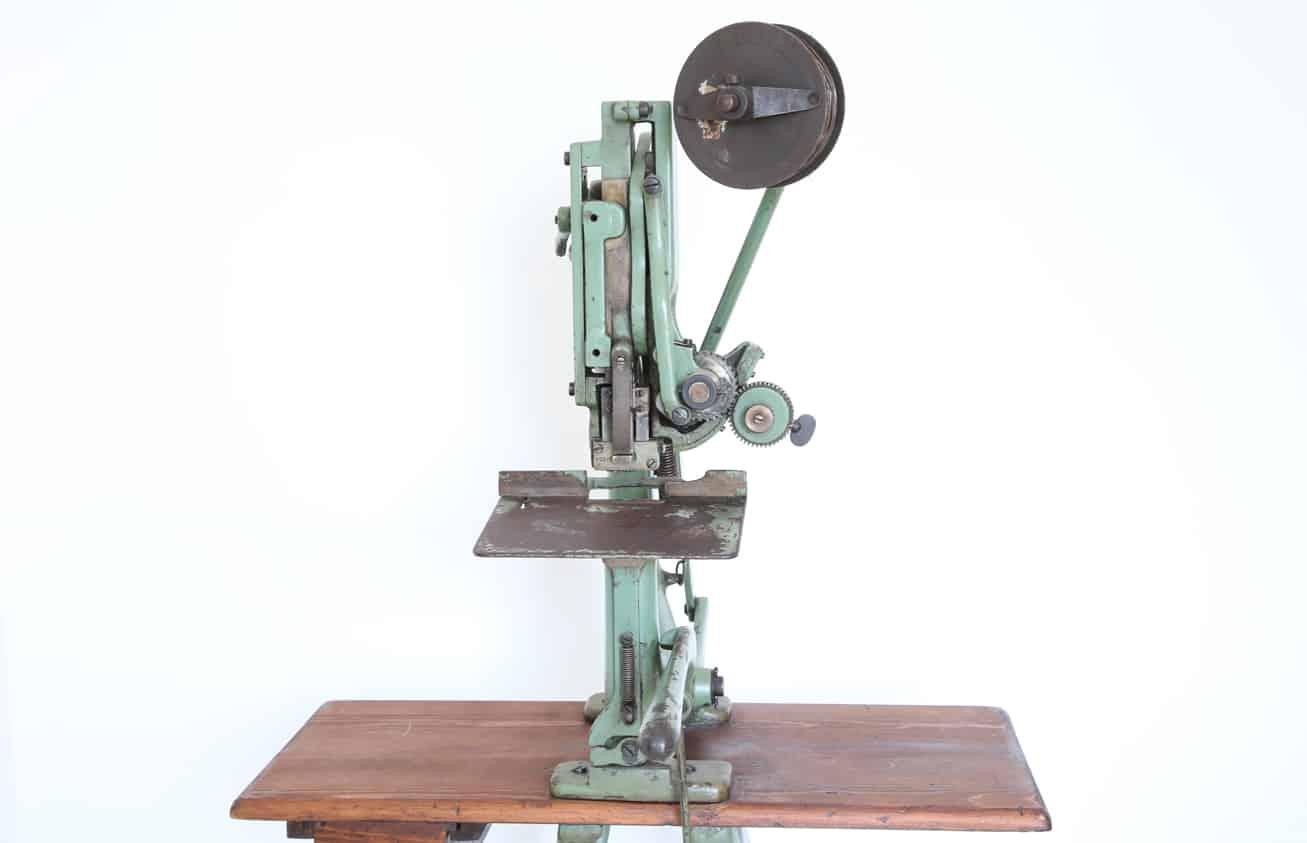 Macchina cucitrice a filo/punto metallico, vista frontale. Museo di Tipografia Unione.