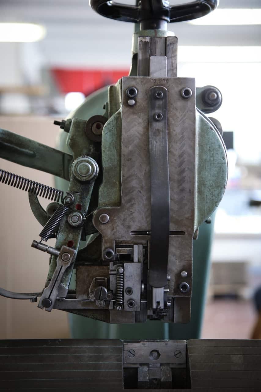 Macchina per rilegatura a punto metallico, dett. Tipografia Unione, stampa, Vicenza.